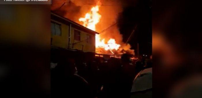 Tres bomberos electrocutados y cuatro casas quemadas deja incendio en Puente Alto